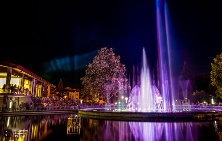 Музикалният фонтан до зала Арена Асарел в Панагюрище